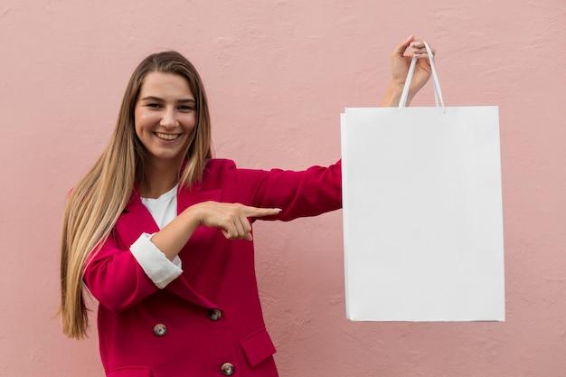 Cliente vestindo roupas da moda mostrando cópia da bolsa espacial