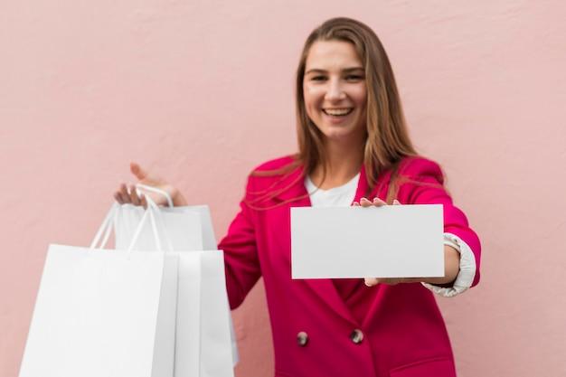 Cliente vestindo roupas da moda segurando uma faixa de espaço de cópia