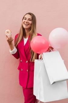 Cliente vestindo roupas da moda segurando vários objetos