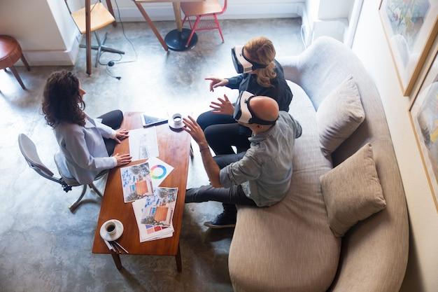 Clientes de designer de interiores, assistindo a apresentação virtual de interiores