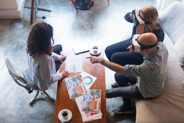 Clientes de designer de interiores em óculos vr tocando o ar