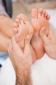 Clientes recebendo os dois pés massageados