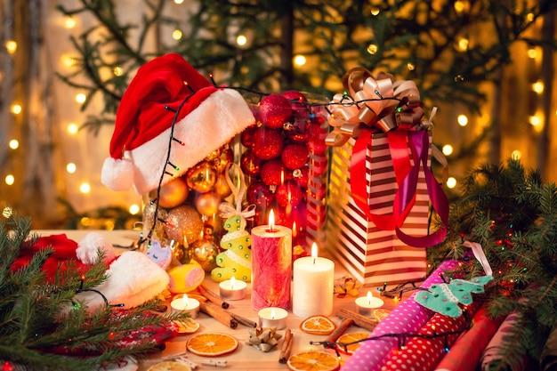 Clima natalício, ambiente festivo, cores quentes, preparação para férias. sala cheia de luzes, velas e decoração colorida.