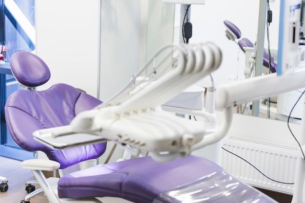 Clínica odontológica com equipamentos médicos
