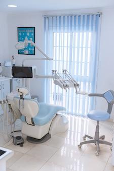 Clínica odontológica interior com equipamentos odontológicos modernos