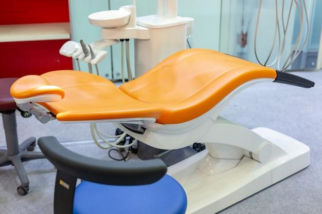 Clínica odontológica moderna, cadeira de dentista e outros acessórios utilizados pelos dentistas.