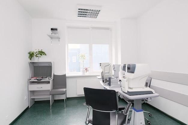 Clínica oftalmológica do escritório. equipamento de exame visual. dispositivos para o tratamento da visão. sala de operações de oftalmologia. equipamentos para correção da visão a laser em operação