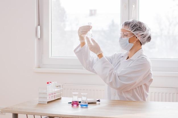 Clínico sério estudando elemento químico em laboratório