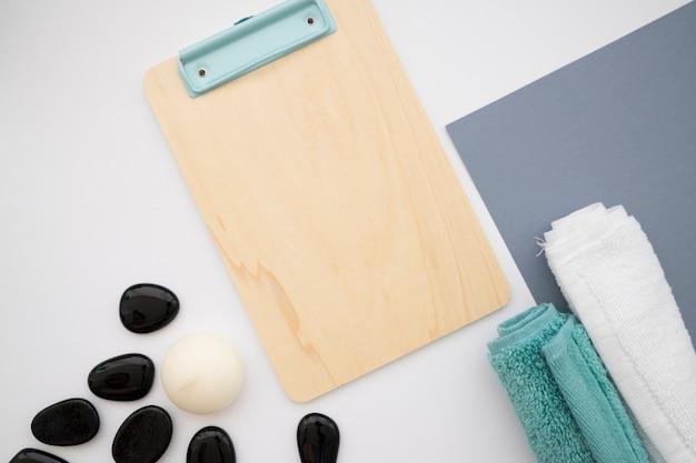 Clipboard, pedras e toalhas