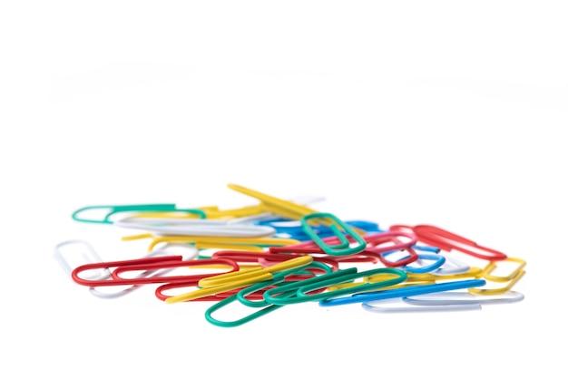 Clipe de papel em várias cores isolado