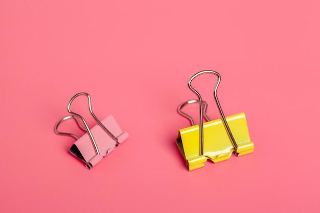 Clipes de escritório em fundo rosa brilhante