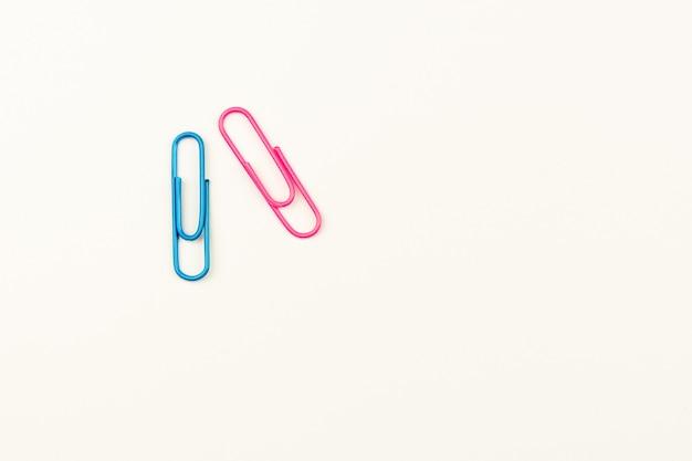 Clipes de papel azuis e rosa em branco