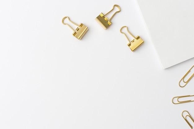 Clipes de papel dourados de vista superior com espaço de cópia