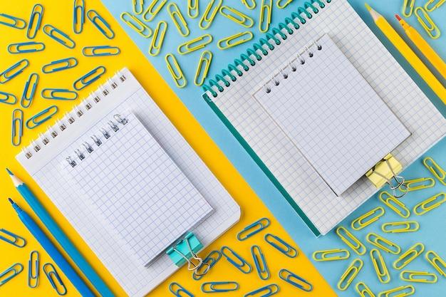 Clipes de papel e bloco de notas