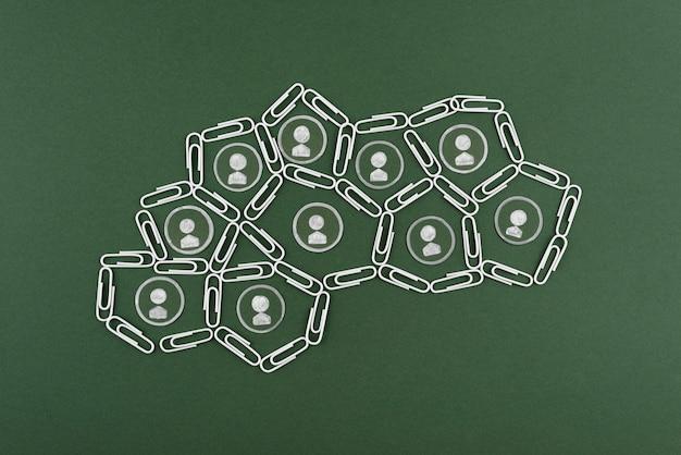 Clipes de papel planos com fundo verde