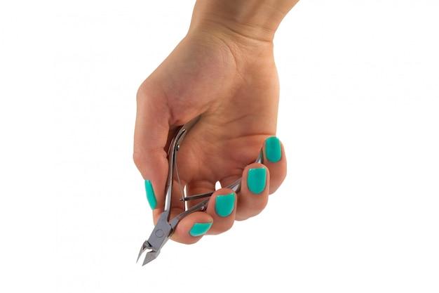 Clippers de manicura na mão feminina