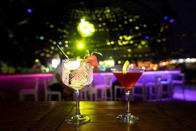 Close com bebidas da vida noturna em bar