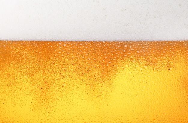 Close com cerveja lager em detalhes de vidro