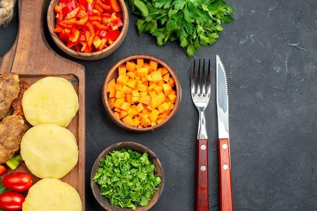 Close com deliciosas costeletas de vegetais picados