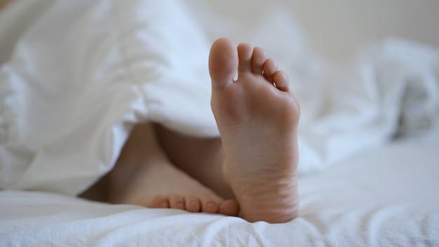 Close com pés descalços femininos