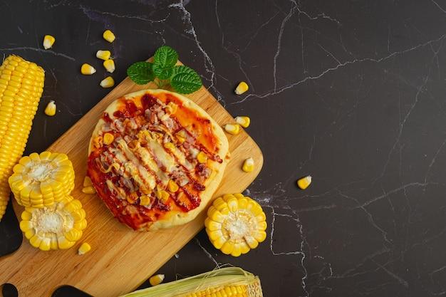 Close com pizza quente de milho pronta para comer