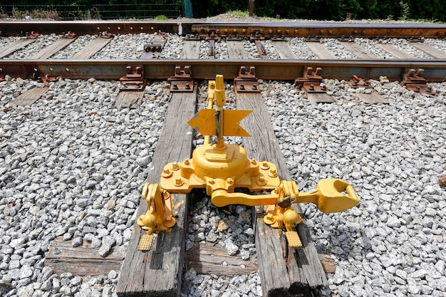 Close da alavanca amarela da ferrovia