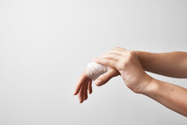 Close da bandagem para tratamento de trauma de dedos feridos