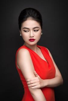 Close da bela garota sexy com maquiagem brilhante e lábios vermelhos. mulher asiática da moda beleza.