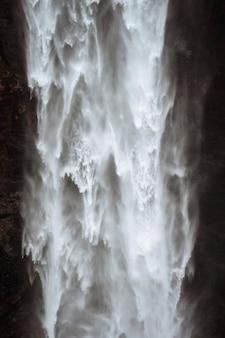 Close da cachoeira haifoss, islândia