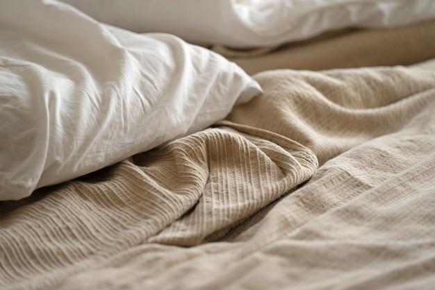 Close da cama, travesseiro e lençóis