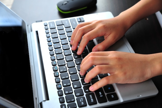 Close da digitação de mãos femininas no teclado