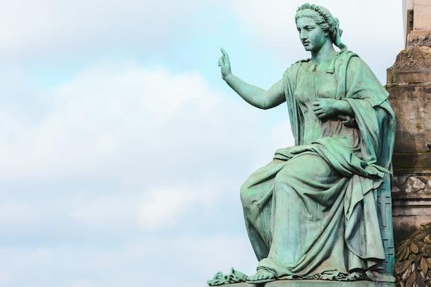 Close da estátua da coluna do congresso sob a luz do sol e um céu nublado em bruxelas