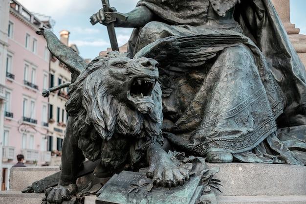 Close da estátua do leão de bronze em veneza, itália