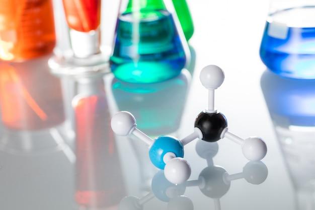 Close da estrutura de uma molécula em uma mesa de laboratório