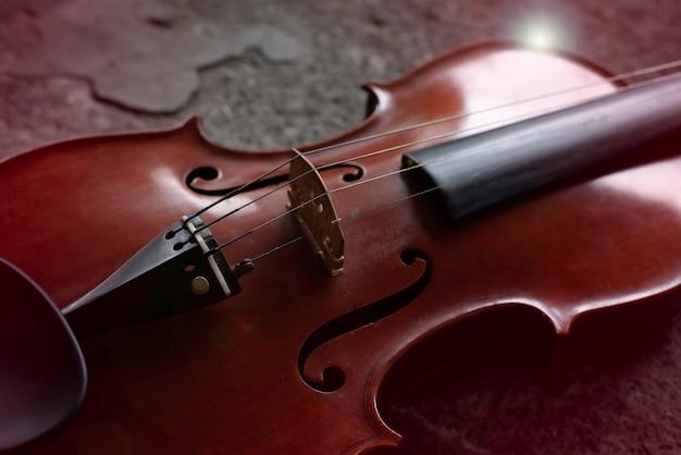 Close da frente do violino e cordas, efeito de reflexo de lente
