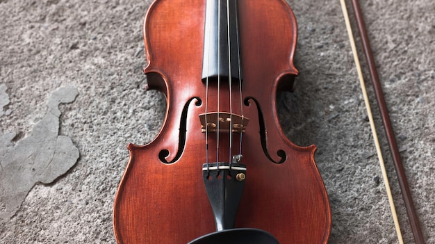 Close da frente do violino, mostra detalhes do instrumento acústico