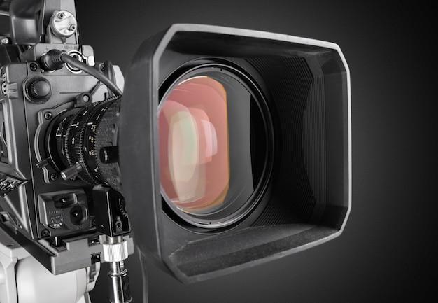 Close da lente de uma câmera de televisão