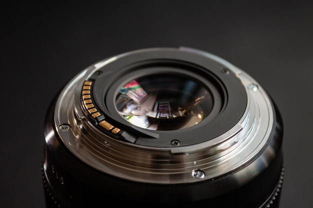 Close da lente de uma câmera preta
