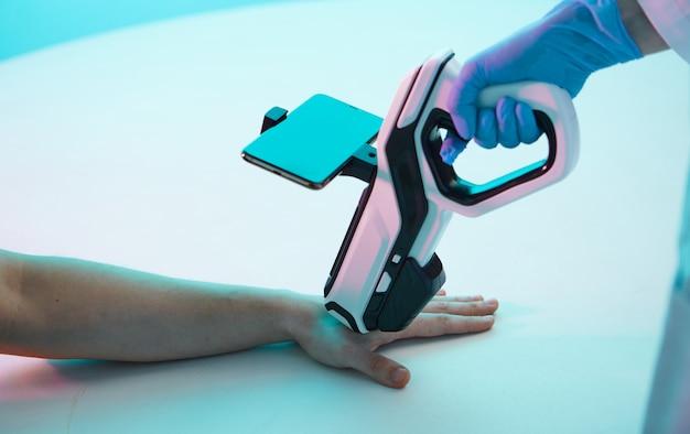 Close da mão do médico, fazendo a injeção, usando uma pistola de injeção com visor, na mão de um homem