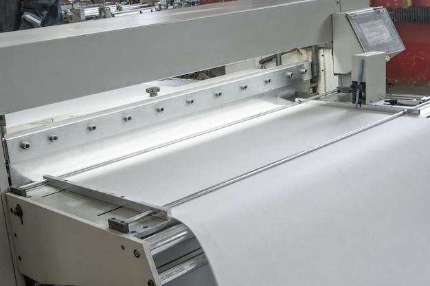 Close da máquina e do equipamento são cortados e sulcando o tecido de feltro para filtros automotivos