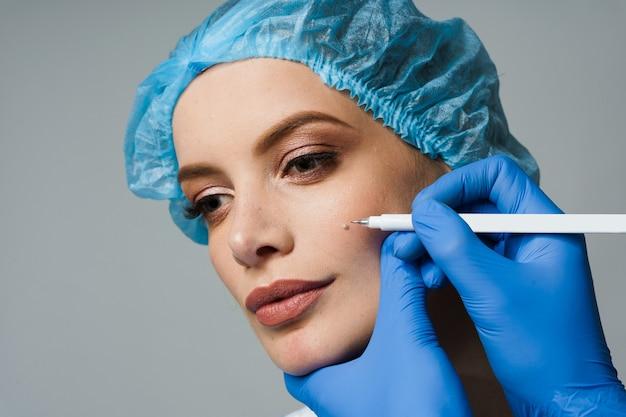 Close da marcação de blefaroplastia no rosto antes da operação de cirurgia plástica para modificação da região ocular da face em clínica médica