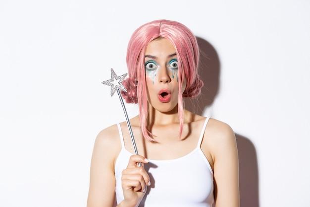Close da modelo feminina surpresa com peruca rosa e maquiagem de fada