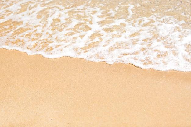 Close da onda do mar rolando na areia