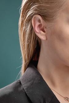 Close da orelha de uma mulher com um lóbulo perfurado