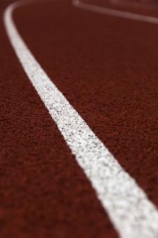 Close da pista de atletismo do estádio vermelho