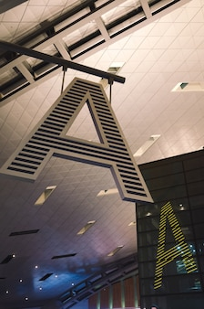 Close da placa do portão do aeroporto