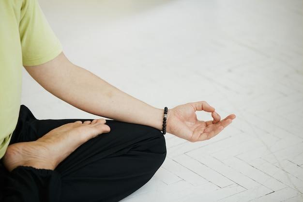 Close da pose de mudra e lótus de ioga, espaço de cópia, conceito de meditação e atenção plena de ioga