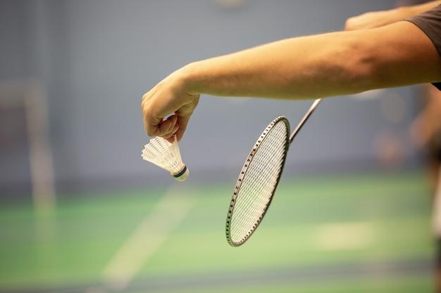 Close da raquete de badminton e peteca
