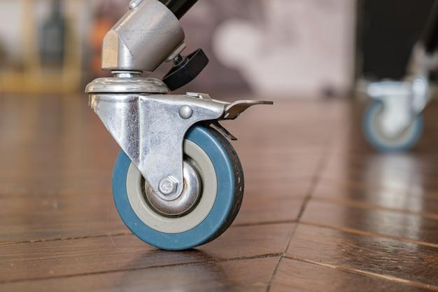 Close da roda giratória resistente no chão