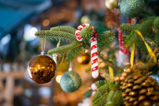 Close da superfície das decorações para árvores de natal